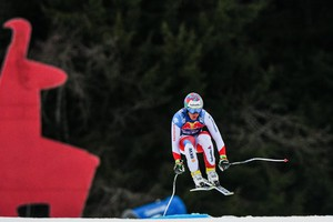 EPA06443157 GIAN LUCA BARANDUN OF SWITZRLAND TAKES A JUMP DURING THE FIRST TRAINING RUN FOR THE MEN'S DOWNHILL RACE OF THE FIS ALPINE SKIING WORLD CUP EVENT IN KITZBUEHEL, AUSTRIA, 16 JANUARY 2018.  EPA/CHRISTIAN BRUNA (ANSA)