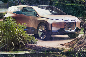 Vision iNext di Bmw propone, nel formato sport activity vehicle, linee decisamente innovative (ANSA)